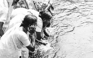 聖地の水で清める女性たち