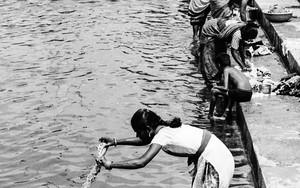 サリーを洗っている女性