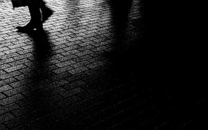 暗闇の中を往く脚