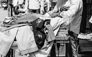 洋服を売る男