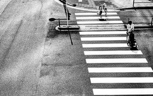 横断歩道を渡る家族連れ