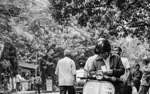 バジャジ・チェタクに跨る男