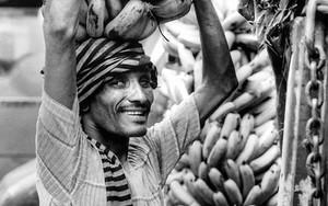 バナナの下で微笑む男