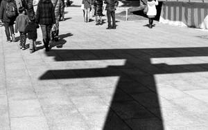 参拝客と鳥居の影
