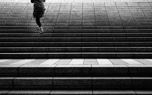 階段を登る人影