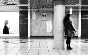 柱の横に若い女性