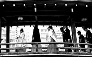 木製の橋の上の人びと