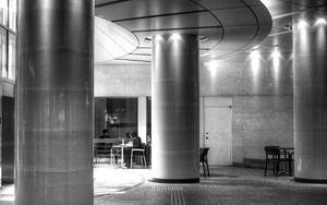 柱の間にテーブル