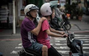 バイクに乗った老夫婦