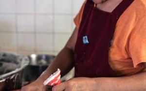 肉圓を作る女性
