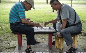 中国将棋をする二人