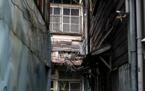 路地の先にも古い家屋