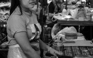 肉屋で働く女