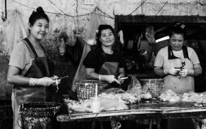 鶏肉を捌く女たち