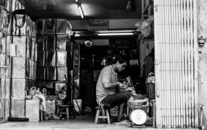 お店の中で働く男
