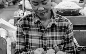 花飾りを作る女性