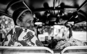 トゥクトゥクの上で微笑む老婆