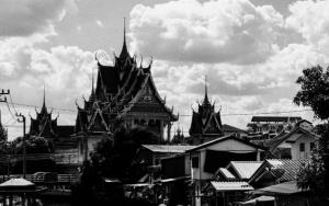 運河の向こうに見える仏教寺院