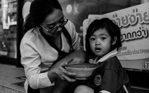 ご飯を食べさせられていた幼い女の子