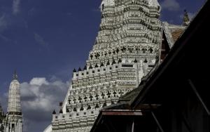 二人の僧侶と先の尖った仏塔