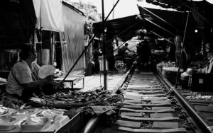線路の上の市場