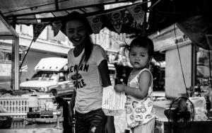 屋台で遊ぶ幼い女の子
