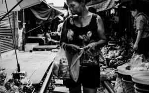 線路の上を歩く女性